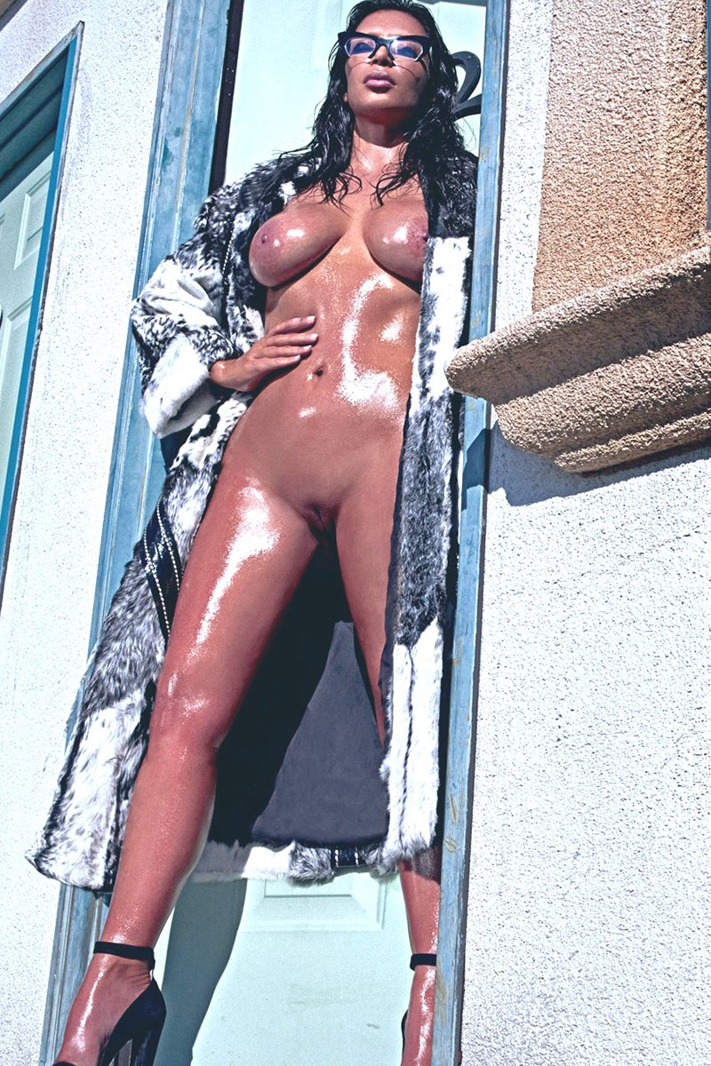 18 Nude Photos of Kardashian Family
