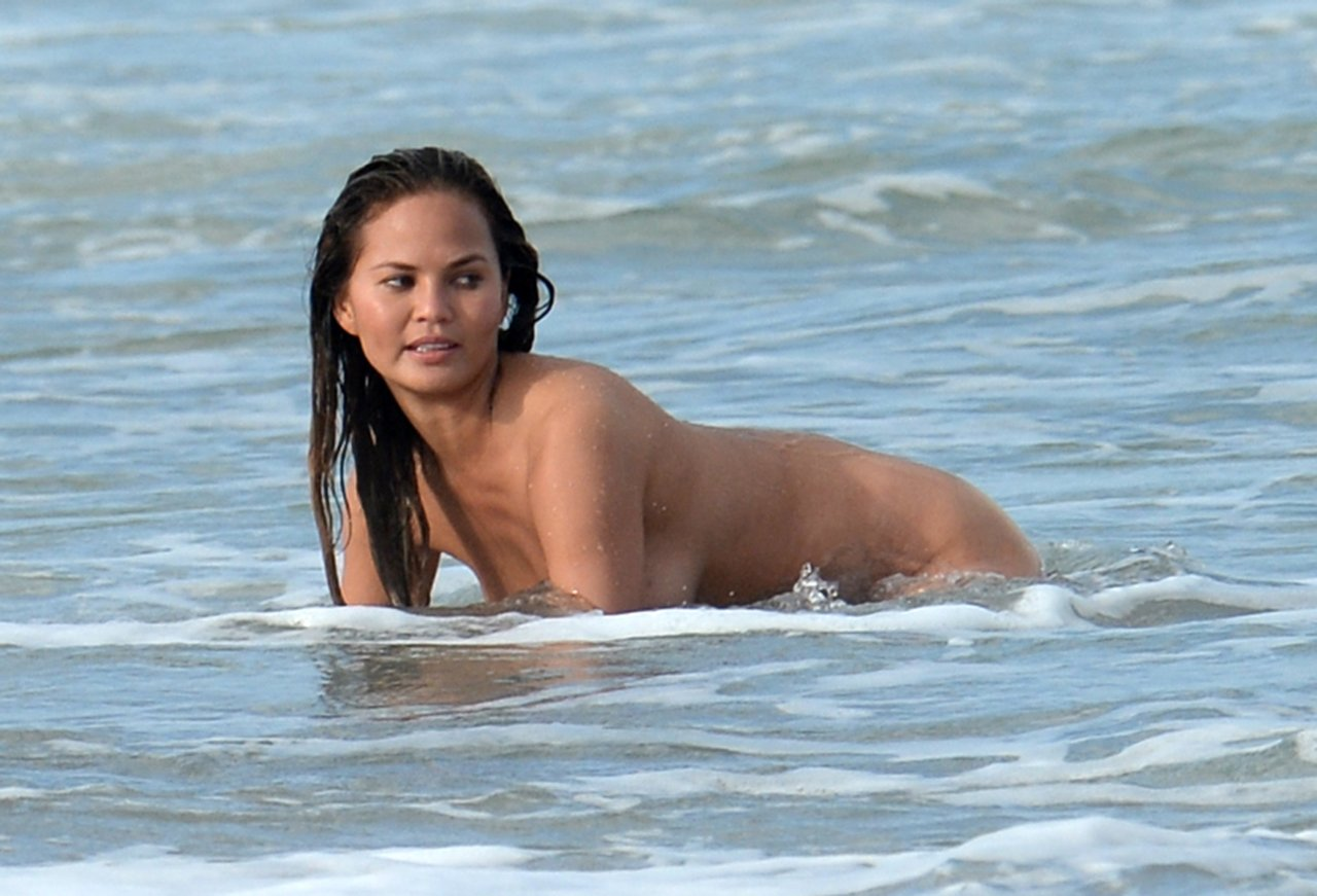 Chrissy teigen uncovered si swimsuit 10