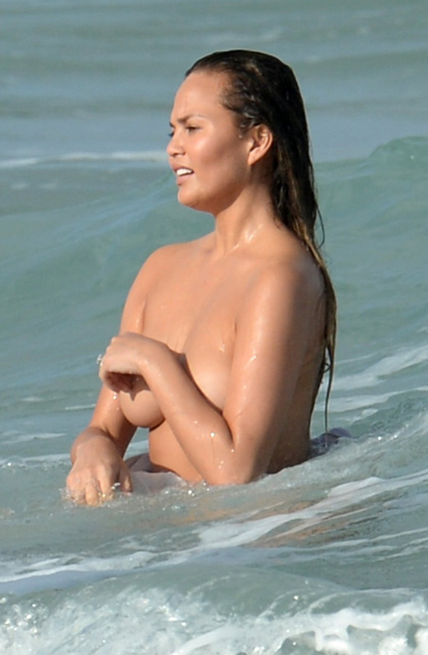 Chrissy teigen uncovered si swimsuit 2