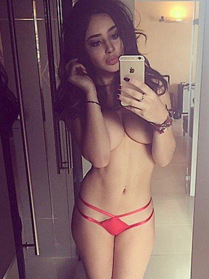 Courtnie Quinlan Topless (14 Photos)