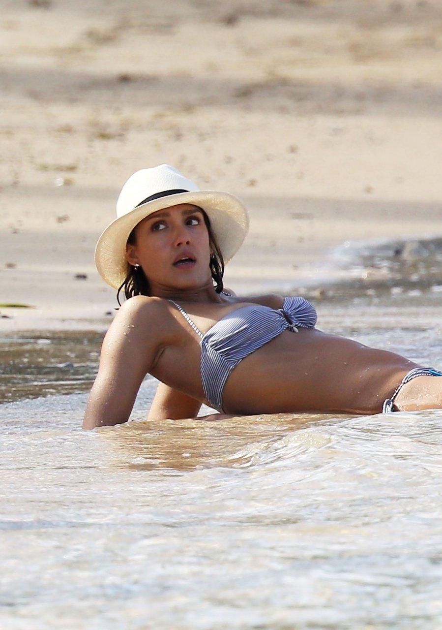 Jessica Alba zeigt Arsch - Stars Nackt
