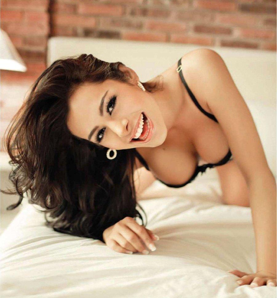Larissa Riquelme Topless (12 Photos)