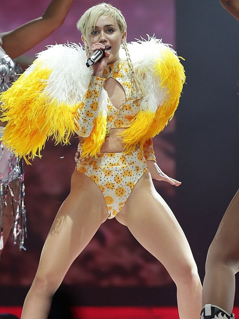 Miley Cyrus Pussy in Sidney (9 Photos)