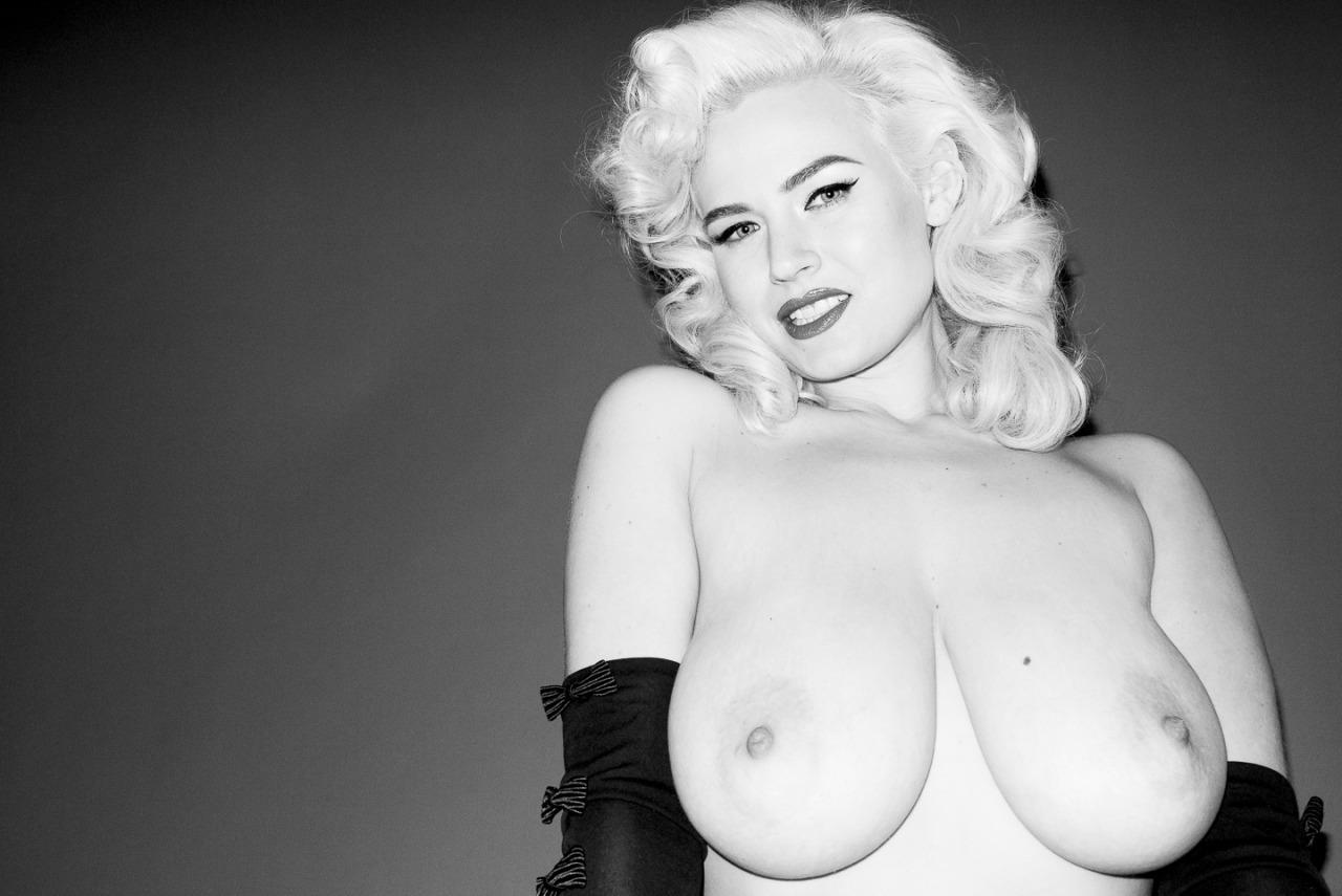 daphne sanders nude English: