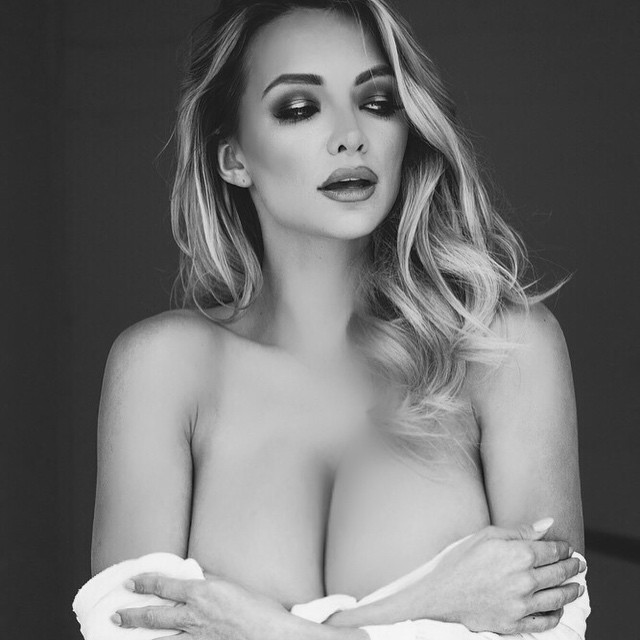 Lindsey Pelas Naked (9 Photos)