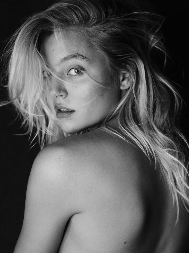 Rachel Hilbert Topless (5 Photos)