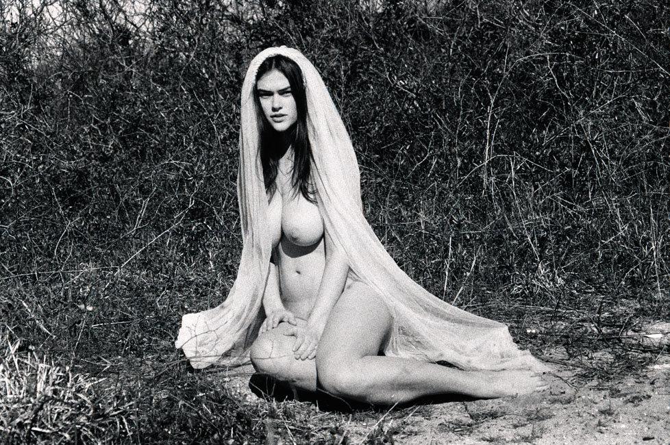 Myla Dalbesio Nude (6 Photos)