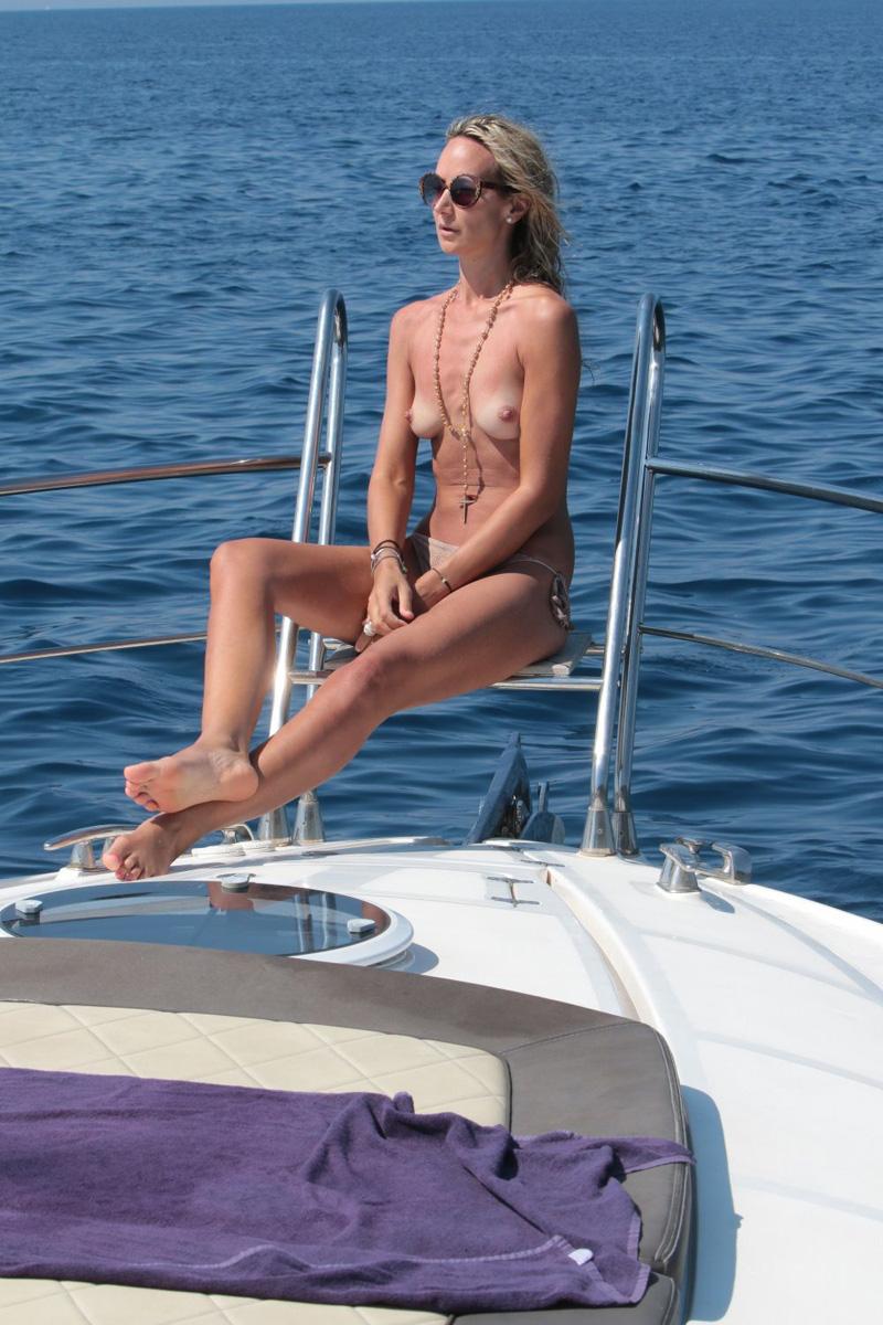 Lady Victoria Hervey Topless (3 Photos)