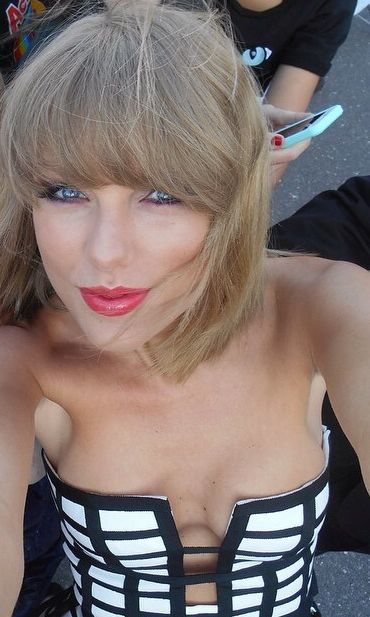 taylor_swift_german_radio_awards_cleavage_LIDzJpzG.sized
