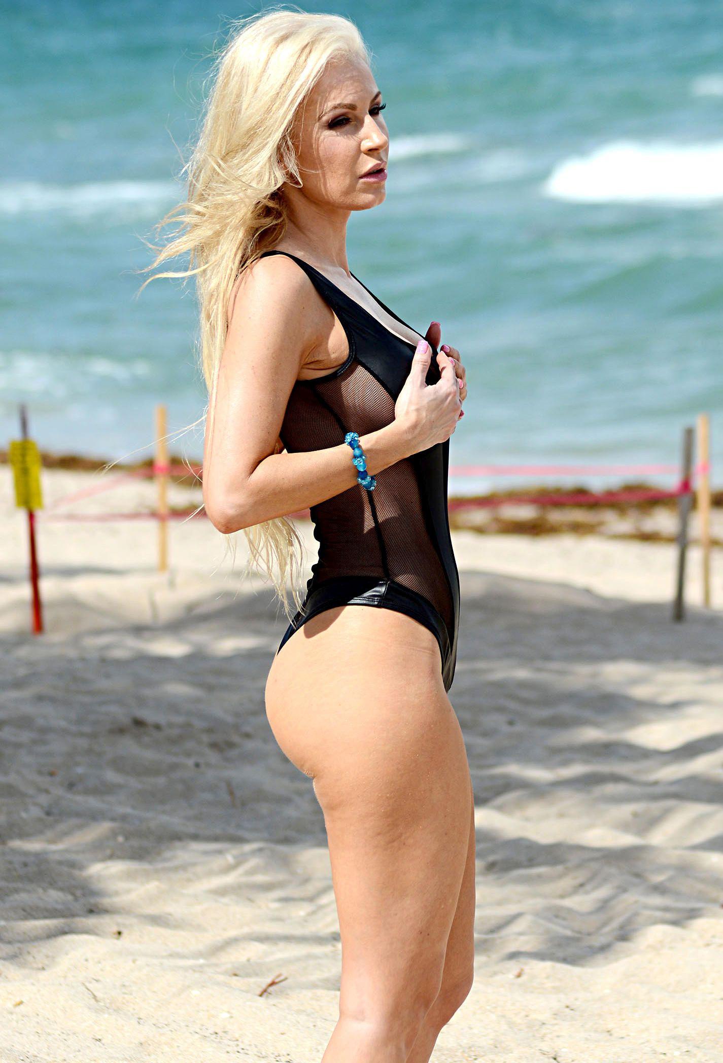 Ana Braga in a Swimsuit (11 Photos)