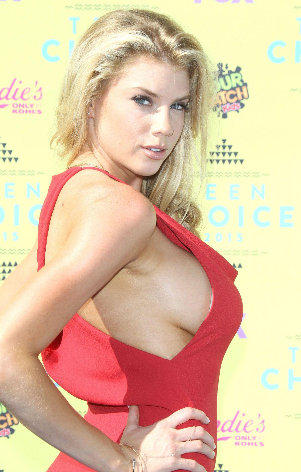 Charlotte McKinney Sideboob (5 Photos)