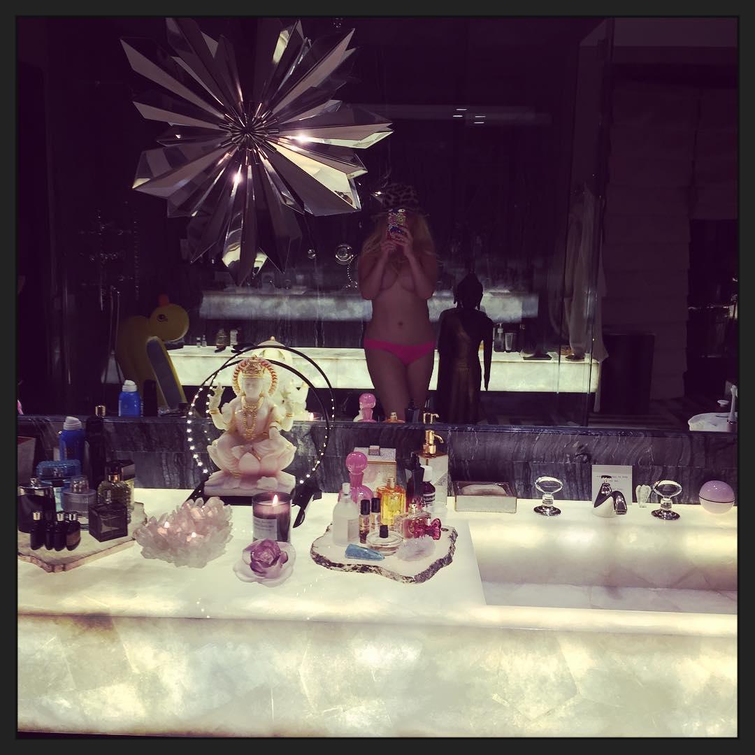 Christina-Aguilera-Topless