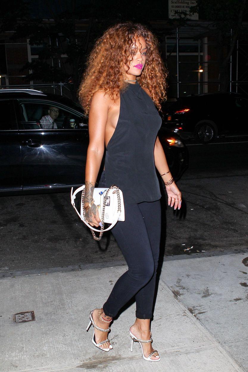 Rihanna Sideboob (5 Photos)