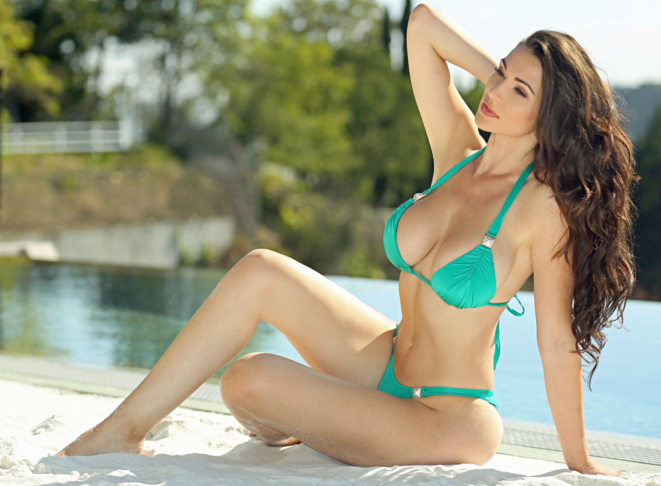 Jenna Jenovich in a Bikini (7 Photos)