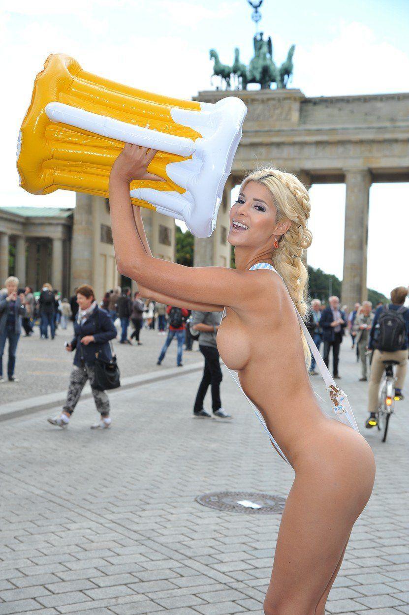 Micaela Schäfer Topless (14 Photos)