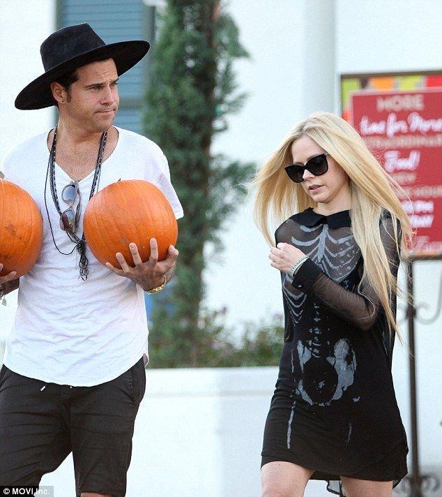 Avril Lavigne Nipple Slip (9 Photos)