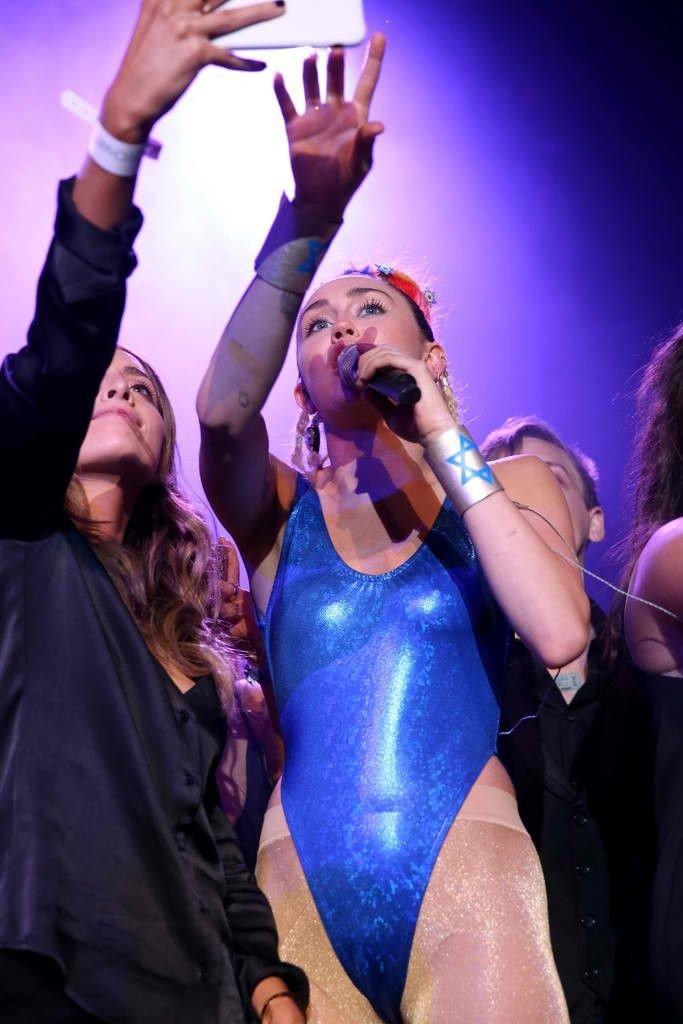 Miley Cyrus Sexy (48 Photos)