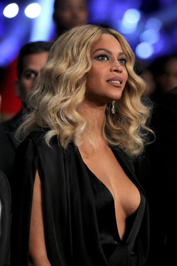 Beyonce-Braless-4