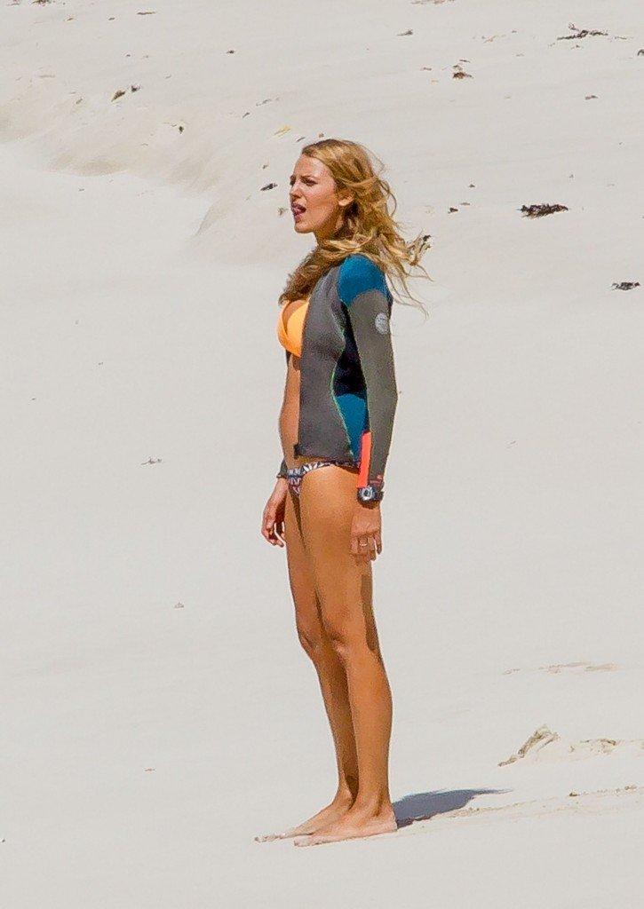 Blake-Lively-Bikini-15
