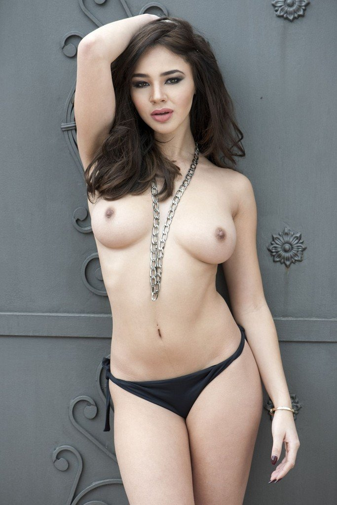 Courtnie Quinlan Topless (4 New Photos)
