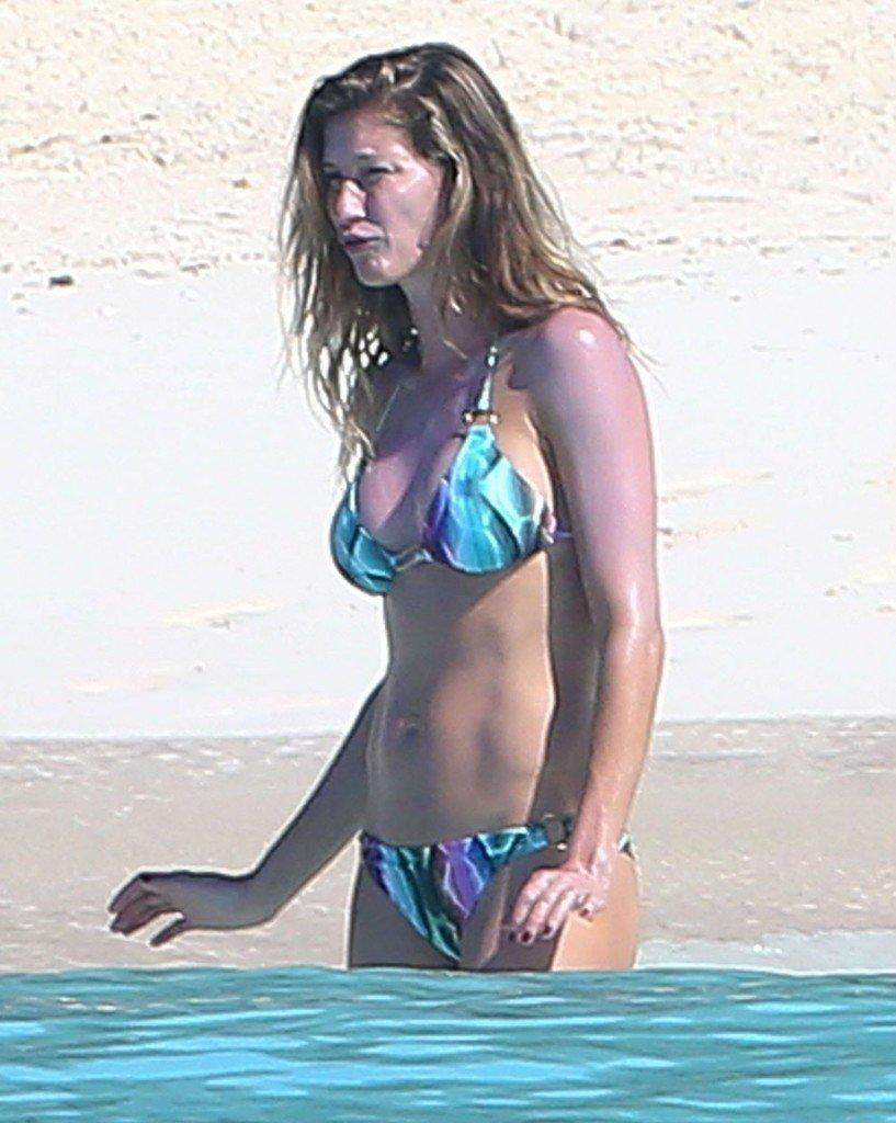 Gisele Bundchen in a Bikini (32 Photos)