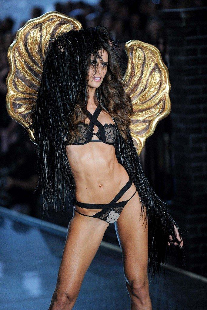 Izabel Goulart Sexy (25 Photos)