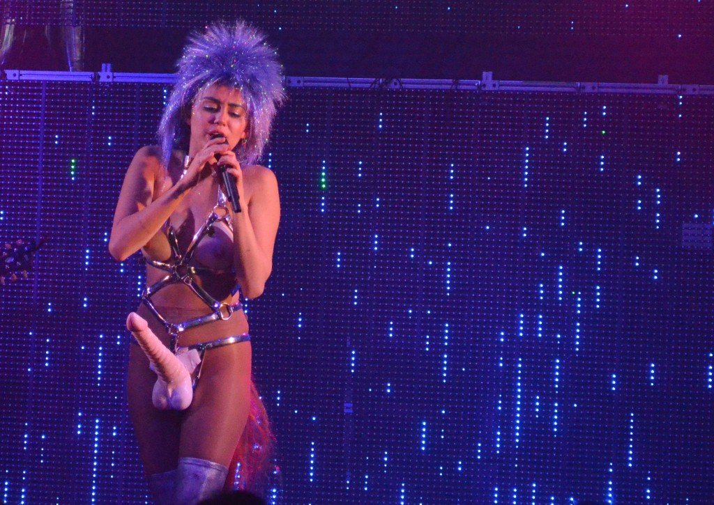 Miley Cyrus Topless (12 Photos + Video)