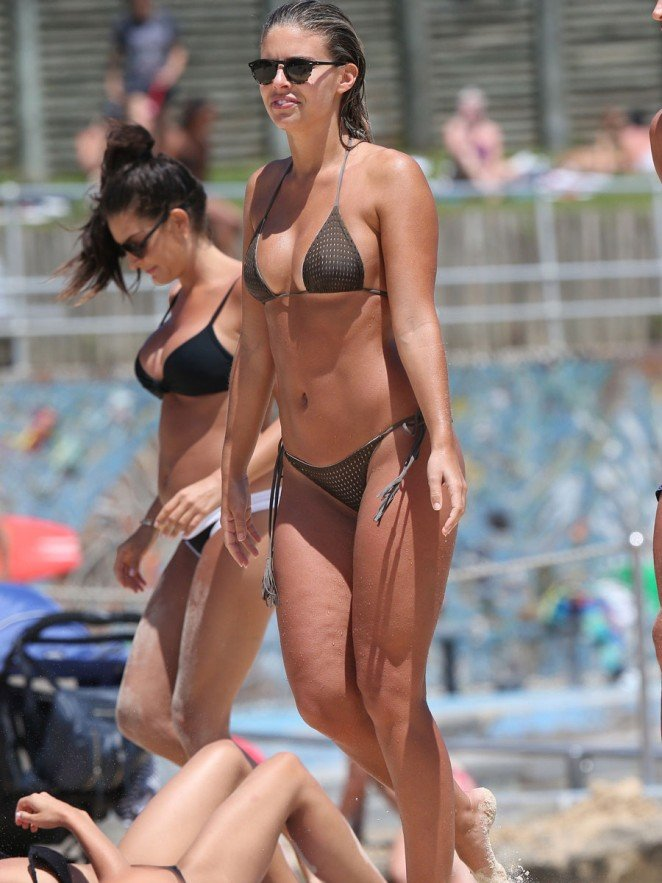 Natasha Oakley in a Bikini (7 Photos)
