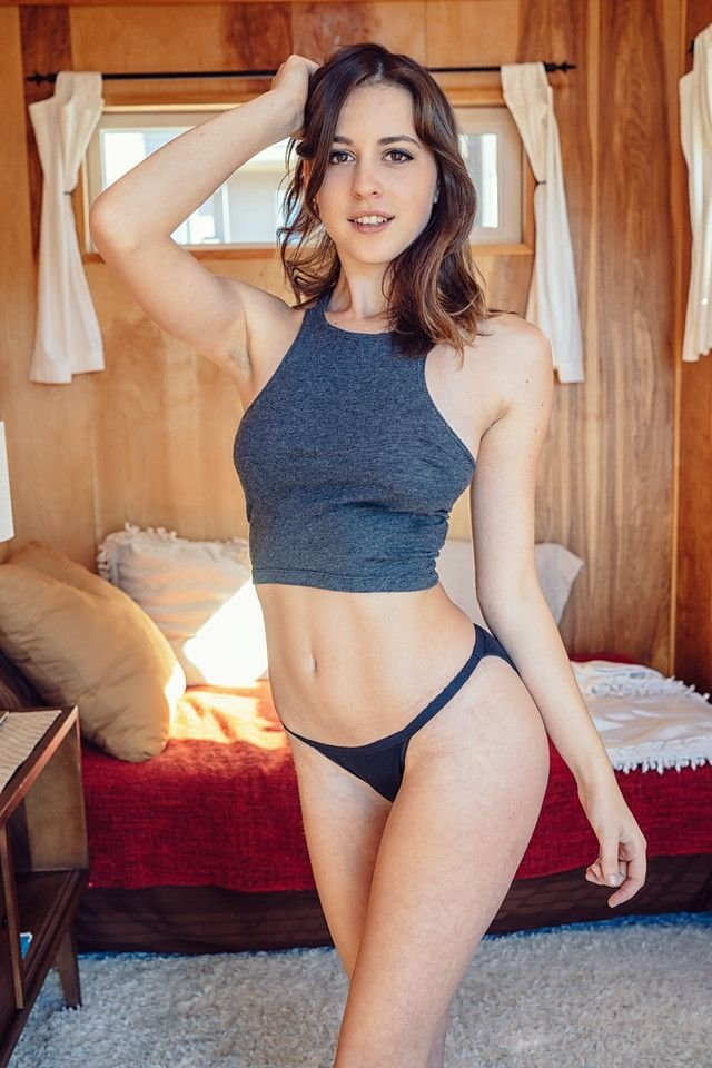 Helen Reilly Nude & Sexy (16 Photos)