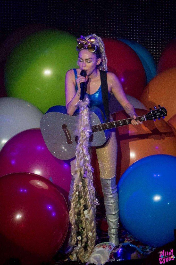 Miley Cyrus Sexy (27 Photos)