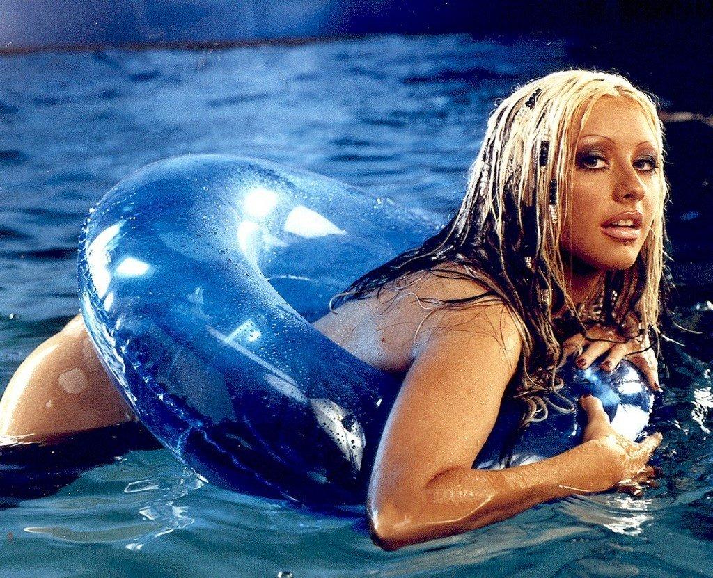 Christina-Aguilera-Topless-23