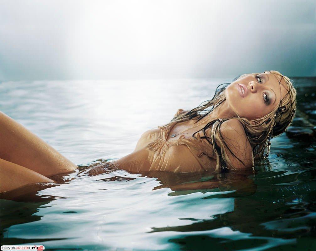 Christina-Aguilera-Topless-30