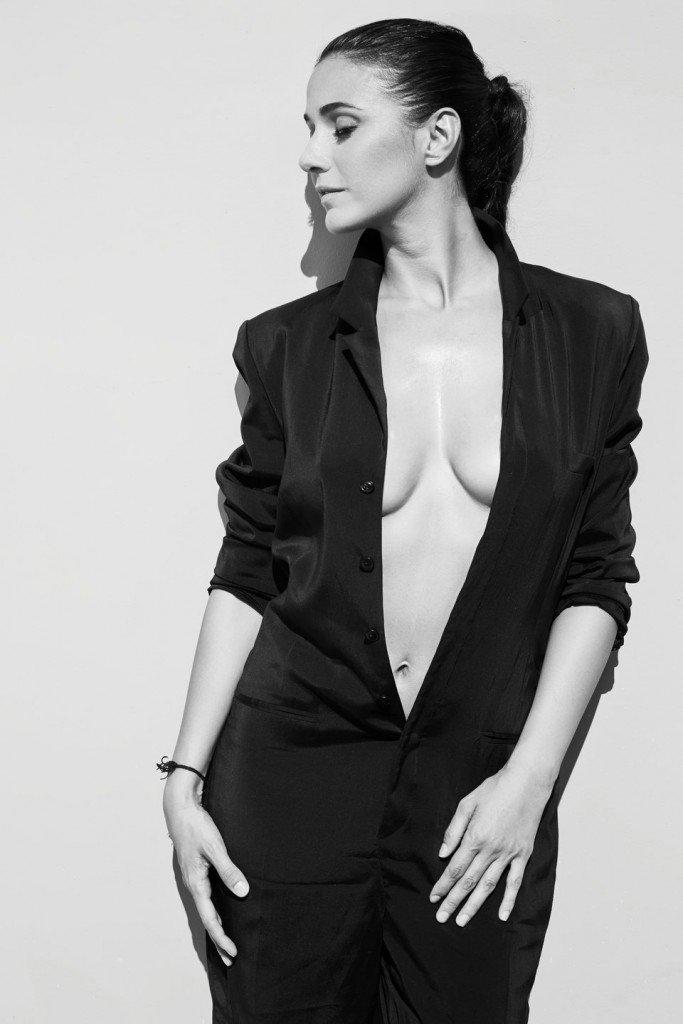 Emmanuelle Chriqui Braless (4 Photos)