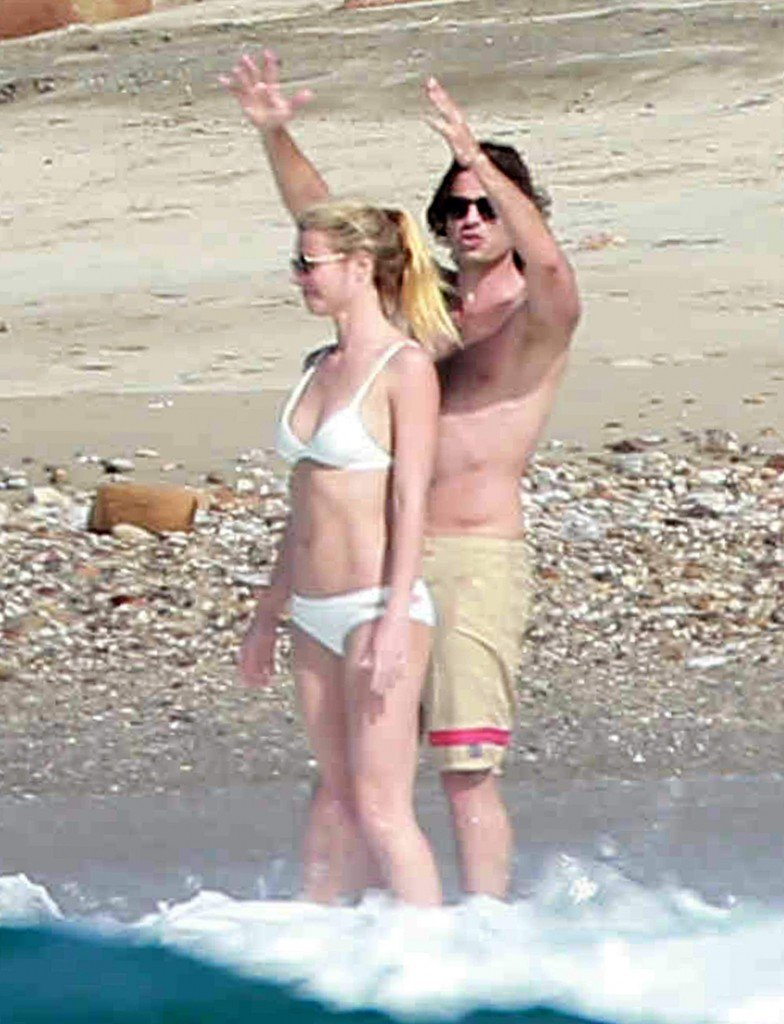 Gwyneth-Paltrow-in-a-Bikini-6