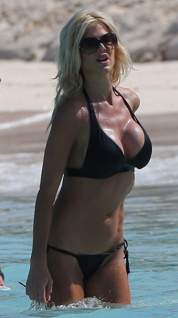 Victoria-Silvstedt-in-a-Bikini-11