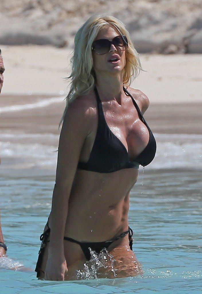 Victoria-Silvstedt-in-a-Bikini-20