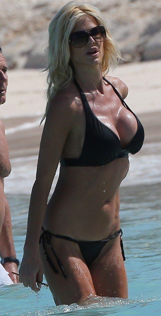 Victoria-Silvstedt-in-a-Bikini-23