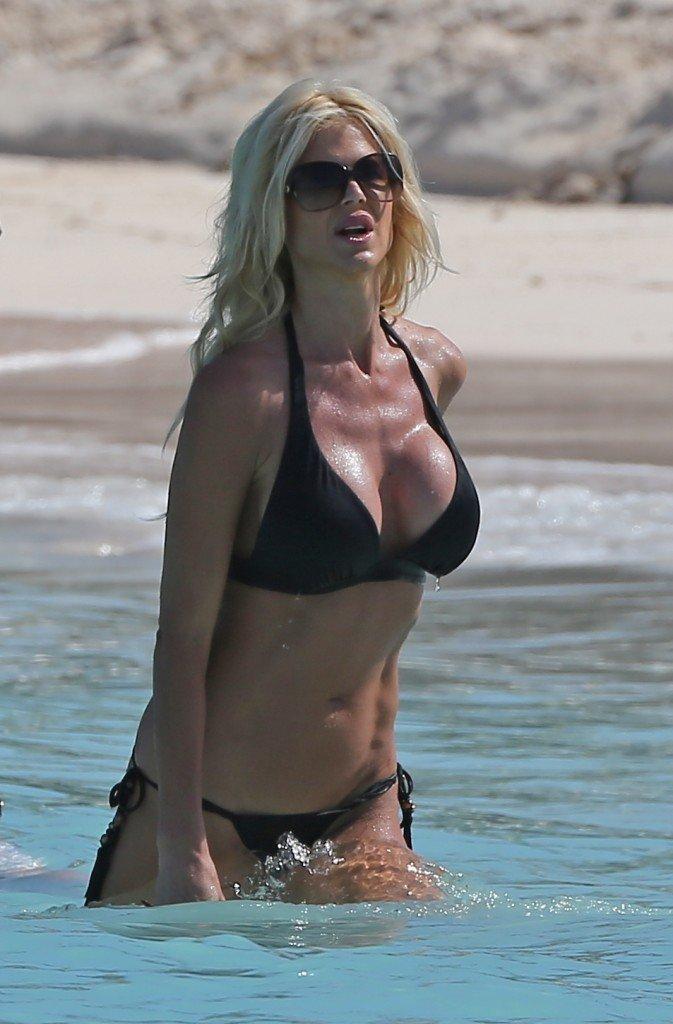 Victoria-Silvstedt-in-a-Bikini-24