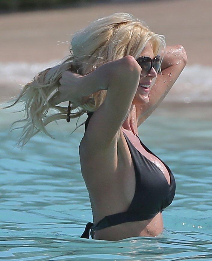 Victoria-Silvstedt-in-a-Bikini-9
