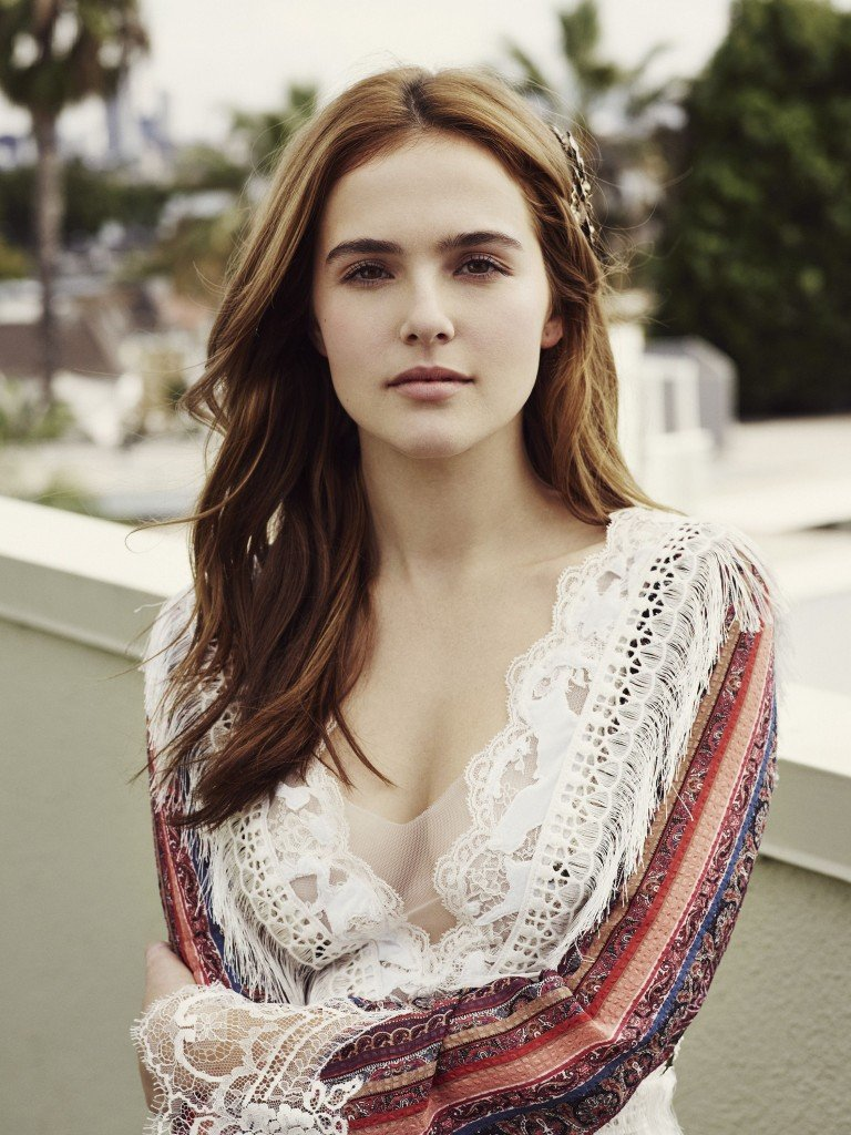 Zoey-Deutch-Cleavage