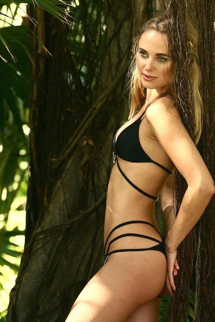 Kimberley Garner in a Bikini (5 Photos)