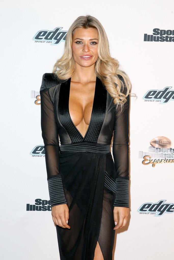 Samantha-Hoopes-Cleavage-3