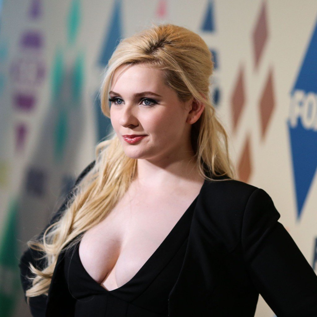 Abigail Breslin Cleavage 32