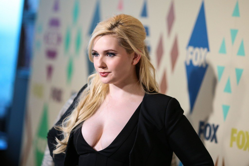 Abigail Breslin Cleavage 33