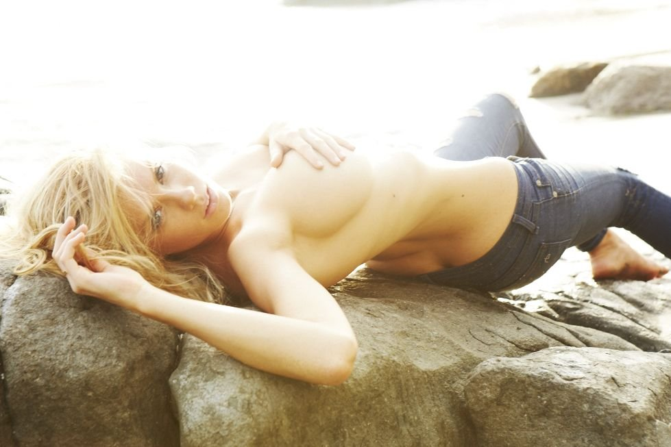 Charlotte McKinney Sexy & Topless (9 Photos)