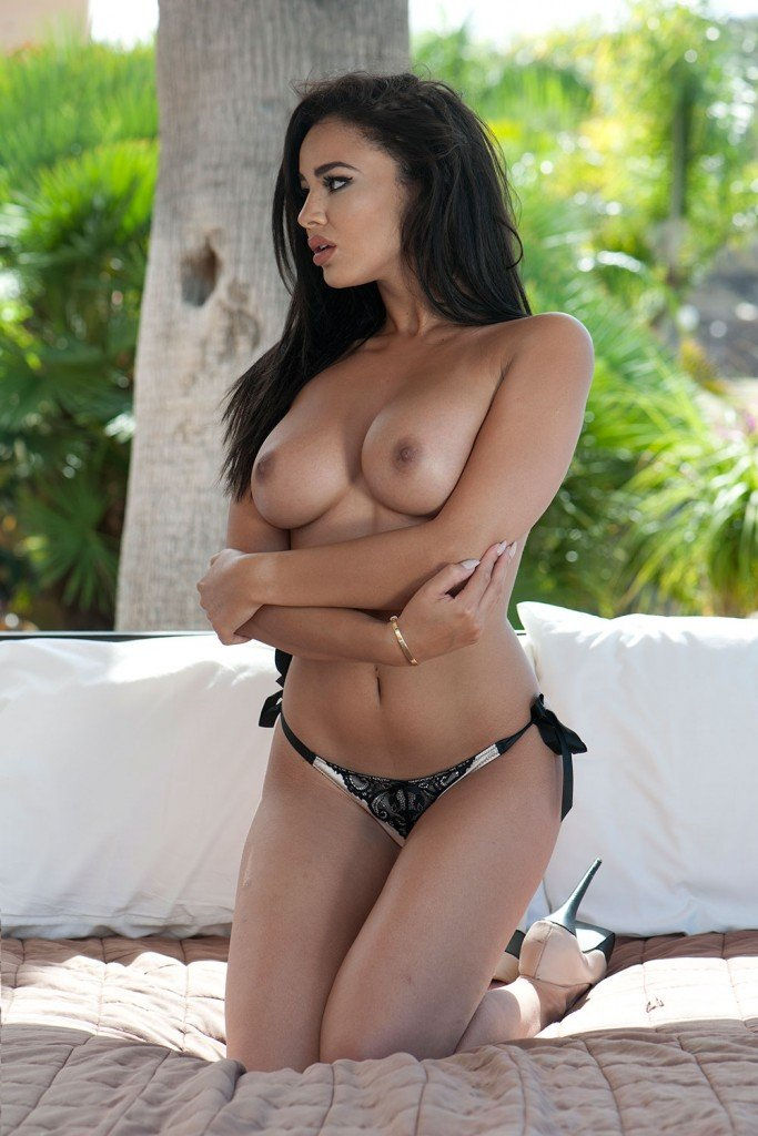 Courtnie Quinlan Topless – Page3 (4 Photos)