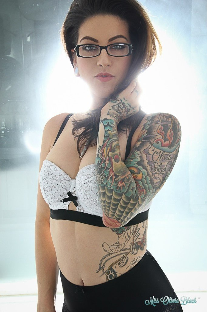 naked-girl-with-tattoos-and-glasses