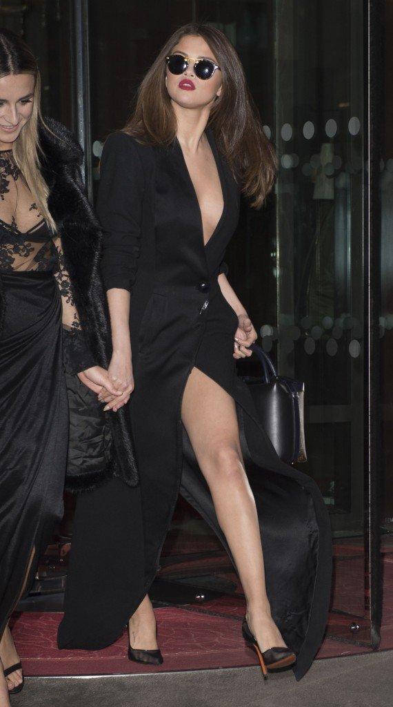 Selena Gomez Braless (109 Photos)