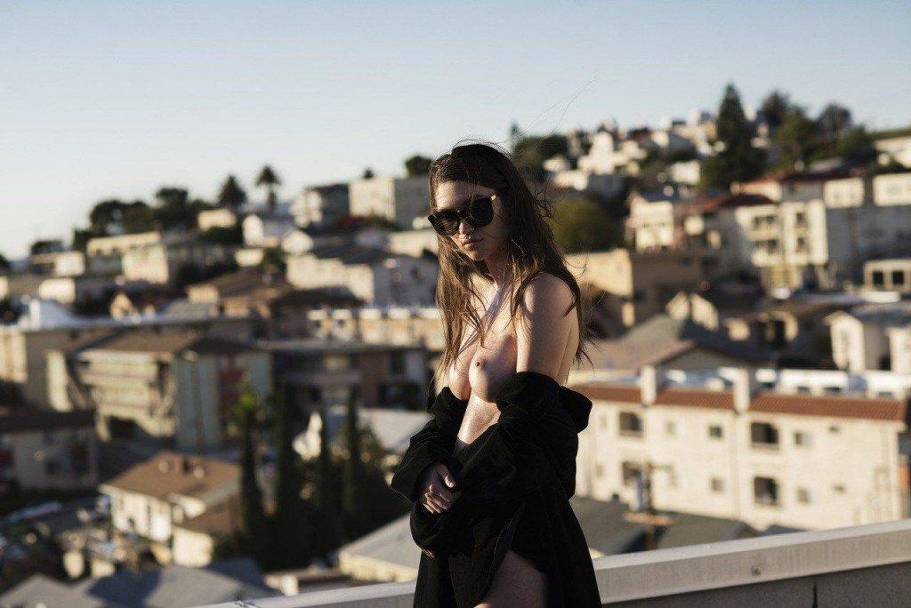 Elizabeth Elam Nude & Sexy (5 Photos)