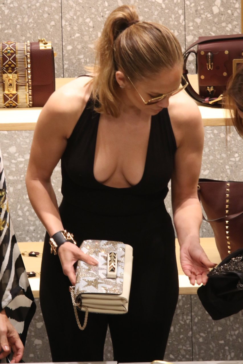 Jennifer Lopez Cleavage (14 Photos) | #TheFappening